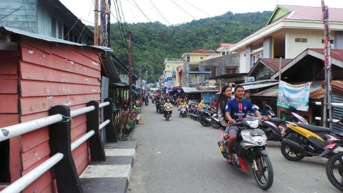 Pengendara sepeda motor saat melintas di jalan Hang Tuah Kecamatan Siantan. Warga berharap, semoga bensin tak langka lagi. Foto ilustrasi.