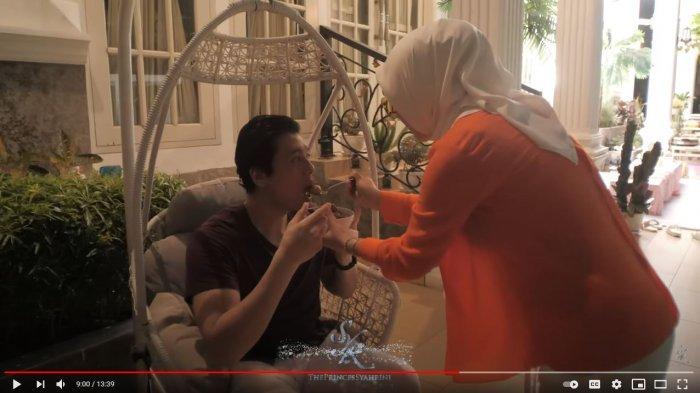 Bentuk perhatian Syahrini ke suami, Reino Barack.