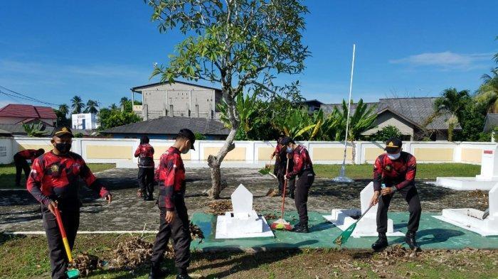Siswa SPN Polda Kepri Bersihkan Makam Pahlawan di Hari Lahir Pancasila