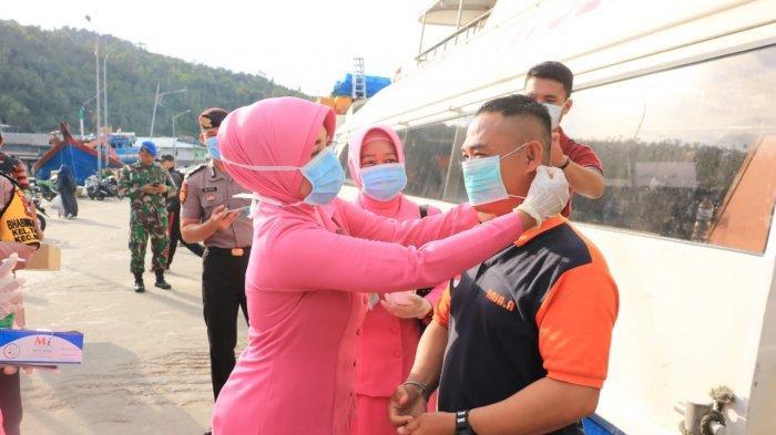 Bhayangkari Polres Anambas bagi masker dan hand sanitizer kepada penumpang dan kru kapal MV. Seven Star Island, Jumat (6/3/2020)
