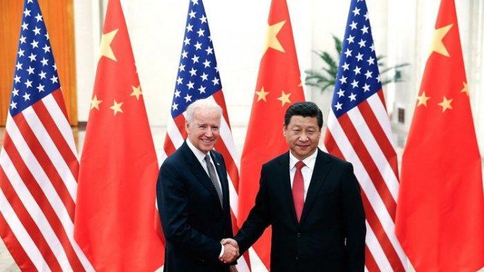 Foto yang diambil pada 4 Desember 2013 memerlihatkan Joe Biden yang saat itu Wakil Presiden Amerika Serikat berjabat tangan dengan Presiden China Xi Jinping di Aula Besar Rakyat di Beijing