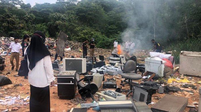 Pemusnahan barang milik daerah oleh BKD Anambas di TPA Rintis Kecamatan Siantan, Kamis (11/2/2021).