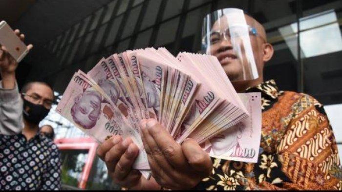 Koordinator Masyarakat Anti Korupsi Indonesia (MAKI) Boyamin Saiman menyerahkan uang 100 ribu dolar Singapura ke KPK. Boyamin menduga uang tersebut ada kaitan dengan perkara Jaksa Pinangki.