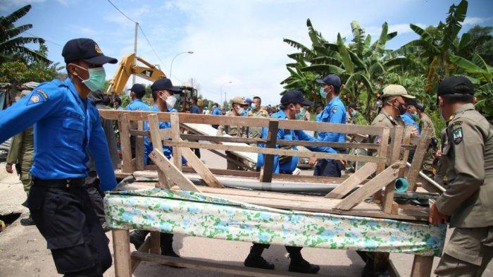 Buka Akses Jalan, Tim Terpadu Batam Tertibkan ROW 30 M Jalan Industri Tanjung Uncang