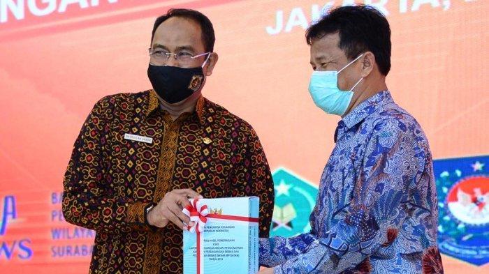 Kepala BP sekaligus Wali Kota Batam, Muhammad Rudi menerima LHP BPK tahun anggaran 2019 di auditorium BPK RI, Senin (28/7).