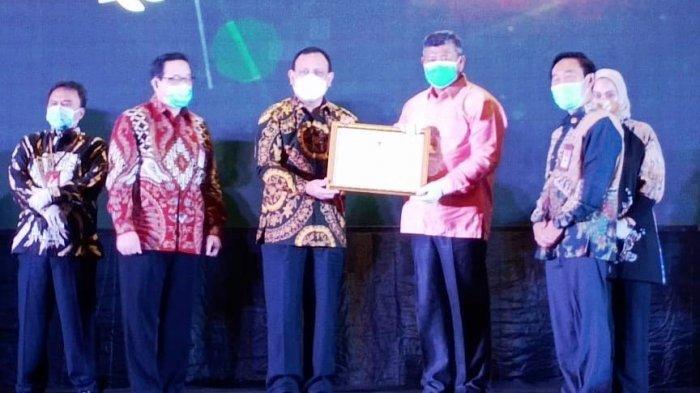 Bupati Anambas Abdul Haris menerima penghargaan dari Komisi Aparatur Sipil  Negara (KASN) di gedung Birawa Assembly Hall, Hotel Bidakara Jakarta, Kamis (28/1/2020).