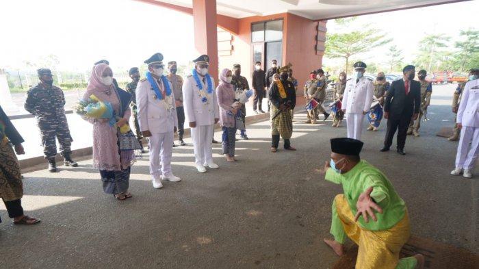 Bupati Bintan Apri Sujadi dan Roby Kurniawan menghadiri prosesi tepung tawar LAM, Jumat (26/2/2021).