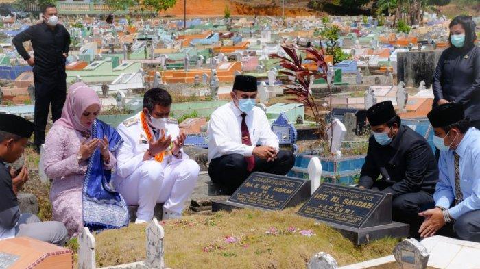 Bupati Bintan Apri Sujadi saat ziarah kubur ke makam orang tuanya di Kijang, Kecamatan Bintan Timur, Kabupaten Bintan, Provinsi Kepri, Jumat (26/2/2021).
