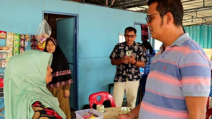 Bupati Bintan Apri Sujadi saat berdialog dengan pedagang di Pasar Desa Teluk Sasah, Seri Kuala Lobam, Minggu (7/10/2018).