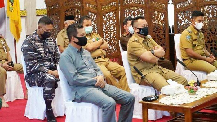 Bupati dan Wakil Bupati Lingga beserta FKPD se-kabupaten Lingga ikuti rakor bersama Jokowi secara virtual di Gedung Daerah Junjungan Negeri, Daik, Kecamatan Lingga, Rabu (14/4/2021).