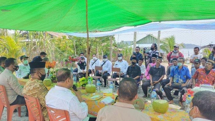 Bupati Karimun Blusukan ke Moro, Belanja Masalah Soal Jalan Hingga Bagi Sembako
