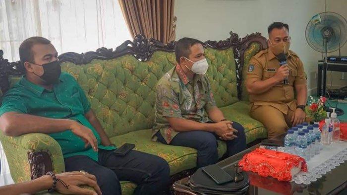 Bupati Lingga, Muhammad Nizar saat berdiskusi dengan anggota Komisi VII DPR RI, Abdul Wahid di Gedung Daerah Dabo Singkep, Kabupaten Lingga, Senin (16/8).