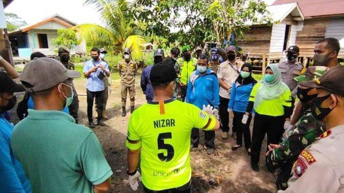 KUNJUNGI WARGA - Bupati Lingga Muhammad Nizar kunjungi warga terpapar Corona di Desa Sungai Besar, Kecamatan Lingga Utara, Kabupaten Lingga, Sabtu (29/5/2021).