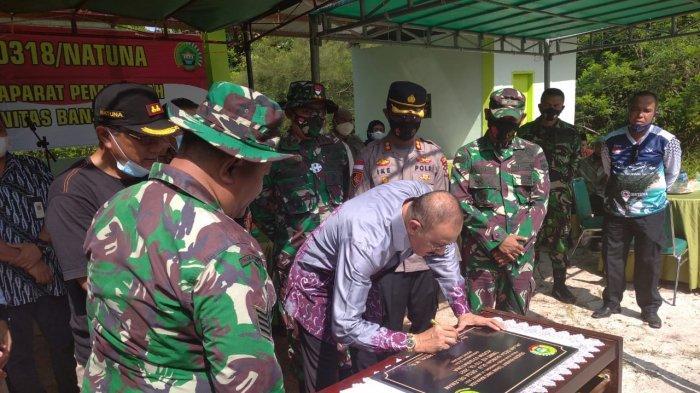 Bupati Natuna Abdul Hamid Rizal menandatangani prasasti tanda suksesnya kegiatan TMMD ke-110, di Lapangan Tembak Kodim 0318/Natuna, Jalan Batu Sisir, Sungai Ulu, Bunguran Timur, Kabupaten Natuna, Kepulauan Riau, Jumat (9/4/2021).