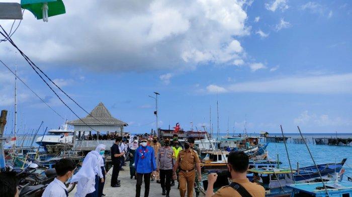 Bupati Natuna Abdul Hamid Rizal bersama rombongan saat tiba di Pelabuhan Midai, Senin (12/4/2021).