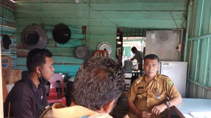 BUPATI NATUNA - Bupati Natuna Wan Siswandi mendengar langsung keluhan nelayan dan persoalan yang tengah dihadapi, di dapur warung kedai kopi di Pelabuhan Sedanau, Senin (28/6/2021).
