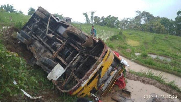 Rem Blong, Bus Family Jurusan Bukittinggi-Pasaman Masuk Jurang di Kelok 44 Sumbar