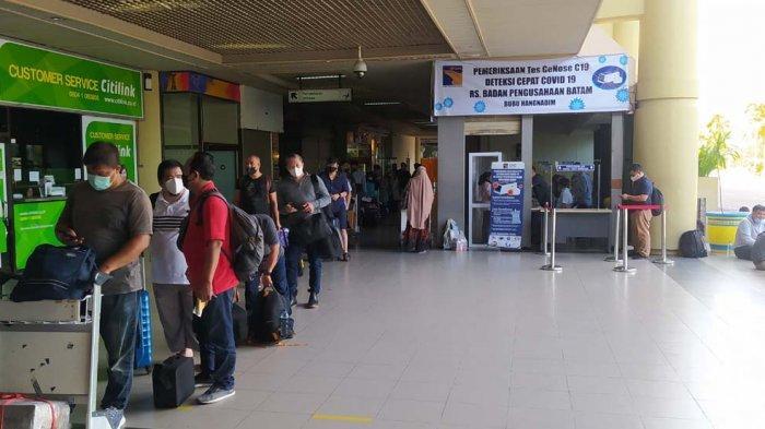 Calon penumpang di Bandara Hang Nadim Batam, Kamis (8/4/2021). Tes GeNose C19 mulai berlaku di bandara Internasional ini mulai hari ini.