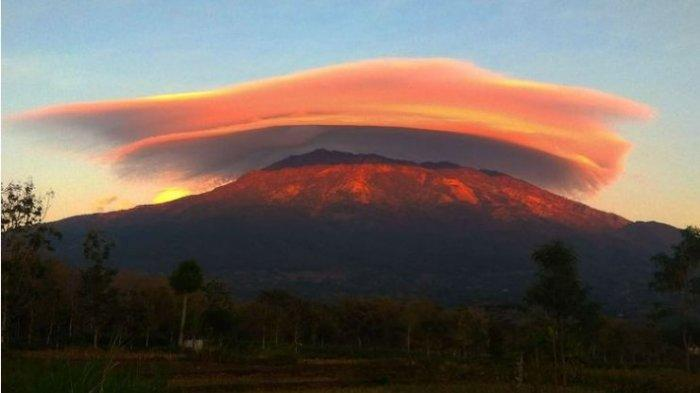 The phenomenon of Mount Lawu in a cloud hat is back today, Thursday morning. Beautiful scenery occurs when a hat-shaped cloud overshadows the summit of Mount Lawu. (Kompas.com/Sukoco)