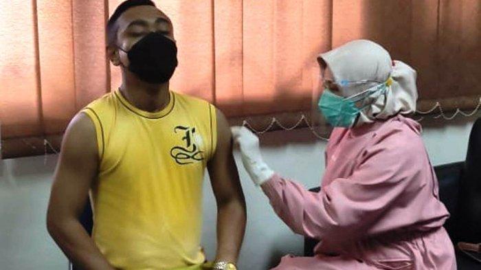 VAKSINASI CORONA DI BATAM - Pelaksanaan vaksinasi corona di Batam. Dinkes Batam mencatat sebanyak 84.648 orang sudah divaksin pada dosis pertama. Sedangkan sebanyak 21.648 orang mendapatkan vaksin di dosis kedua hingga 25 Mei 2021.