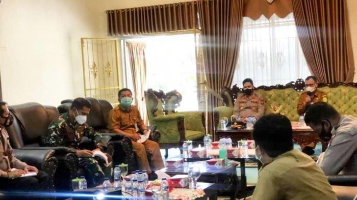 VAKSINASI CORONA DI LINGGA - Rapat percepatan vaksinasi corona di Lingga yang berlangsung di Gedung Daerah Dabo Singkep, Kabupaten Lingga, Selasa (29/6).