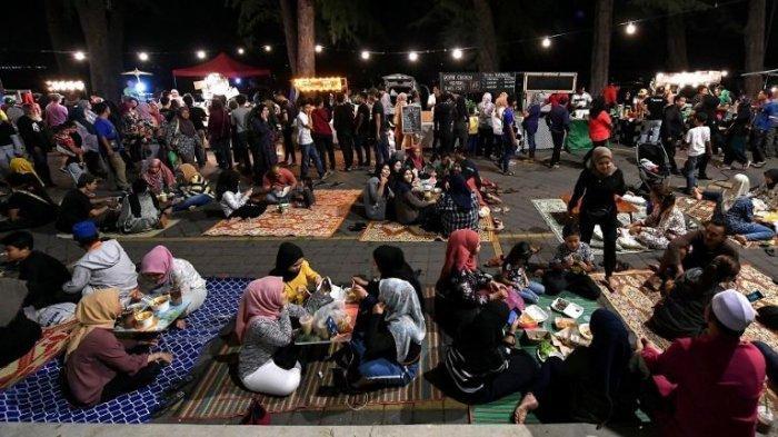 ILUSTRASI Car Food Sahur yang dipadati oleh ratusan hingga ribuan orang di Pantai batu Buruk, Kuala Trengganu, Malaysia.