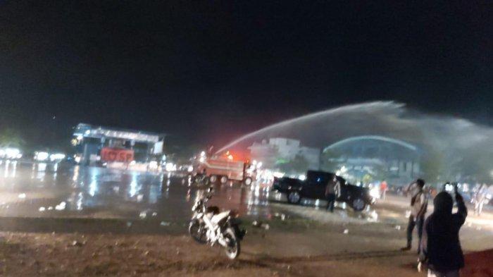 Mobil pemadam kebakaran membubarkan pengunjung di alun-alun Sentosa Perdana atau SP Sagulung, Sabtu (29/5/2021).