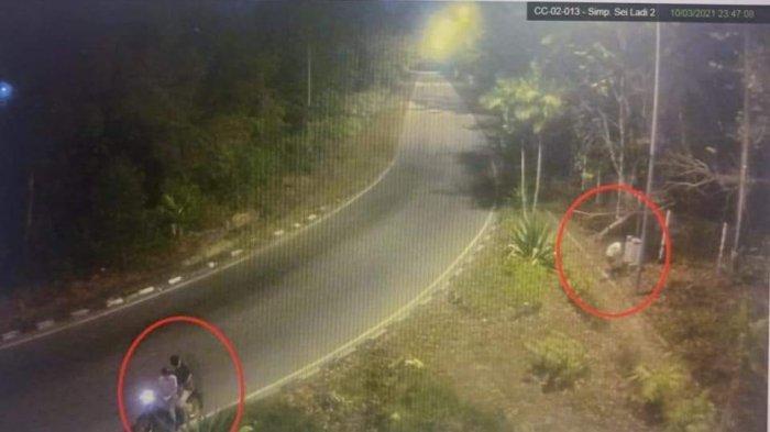 TEREKAM CCTV - 3 Pria Sengaja Matikan Lampu Jalan di Kawasan Sei Ladi Batam