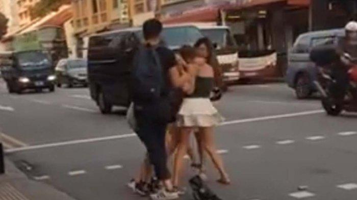 Empat Cewek Seksi Saling Jambak di Geylang Road Singapura, Seorang Pria Frustasi Memisahkannya