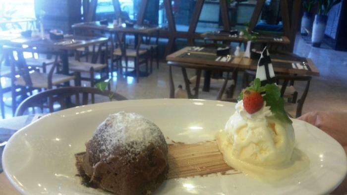 Sedapnya Chocolate Lava Plus Es Krim di Eska Hotel sambil Memandang Luas Kota Batam