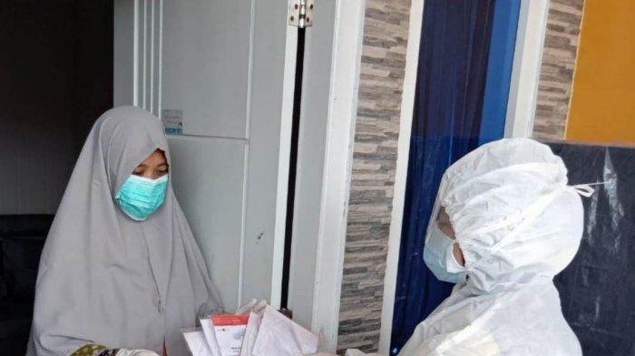 CTim medis Dinkes Bintan memberikan surat suara terhadap pasien covid-19 saat Pilkada Bintan 2020.