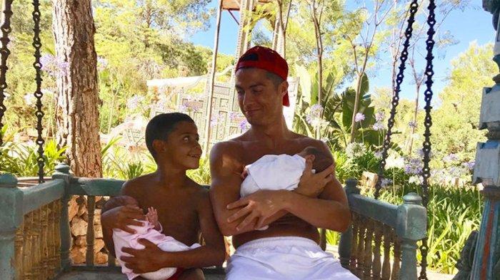 Begini Cara Cristiano Ronaldo Kenalkan Bayi Kembarnya Pada Anak Pertamanya