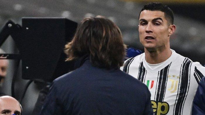 Striker Juventus asal Portugis Cristiano Ronaldo (kanan) berbicara dengan pelatih Andrea Pirlo setelah diganti pada menit 76 dengan Alvaro Morata, Selasa (2/2/2021) malam atau Rabu dinihari WIB di Stadion Giuseppe Meazza, Milan.