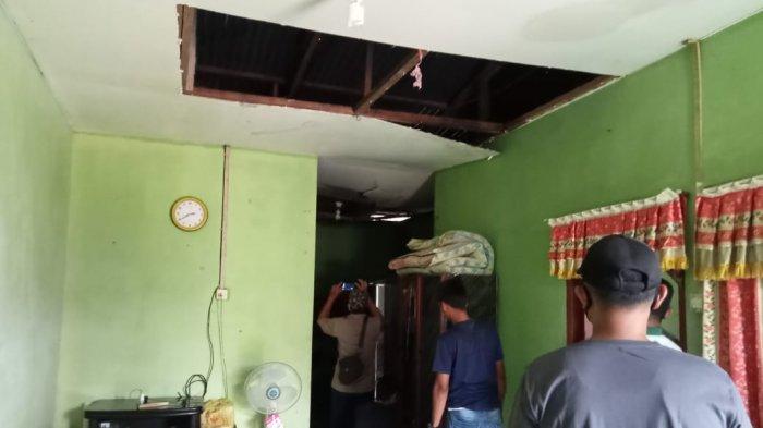 Kondisi rumah Zudairah setelah di terjang hujan lebat dan angin kecang, Sabtu (10/4/2021).