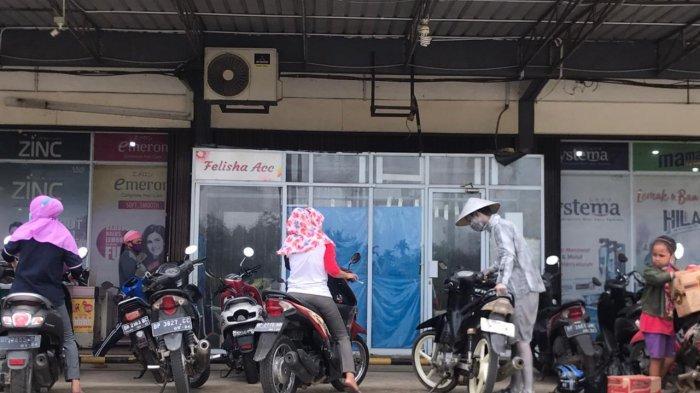 MANUSIA SILVER - Perantau asal Pekanbaru, Dasril alih profesi sebagai manusia silver selama pandemi saat mengatur kendaraan dan menghibur pengunjung di depan Swalayan Mandiri Km 16 Toapaya Selatan Bintan, Provinsi Kepri.