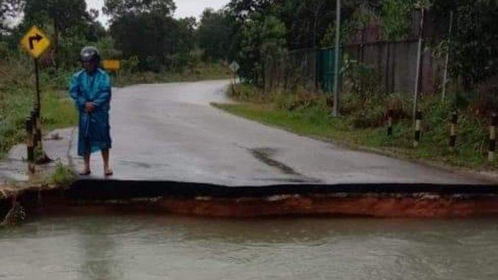 Dampak Banjir di Bintan, Jembatan Tirta Madu - Gesek Putus, Warga: Segera Diperbaiki. Kondisi Jembatan Tirta Madu - Gesek, Senin (11/1/2021).