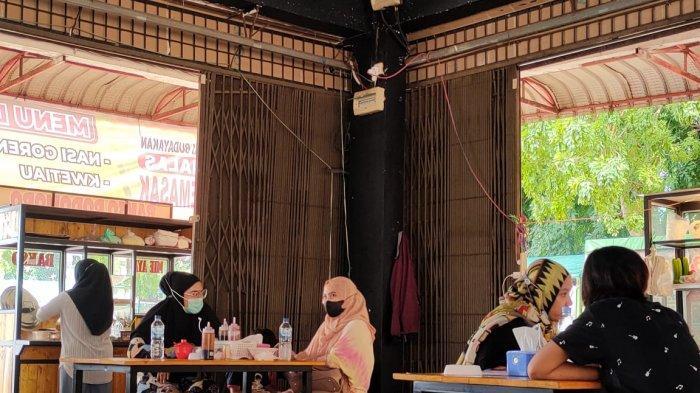 PPKM MIKRO BATAM - Pengunjung salah satu warung kopi di sekitar Batam Centre, Selasa (6/7/2021). Terpantau, pengunjung tampak sepi sejak aturan PPKM berskala mikro di Batam diperketat.