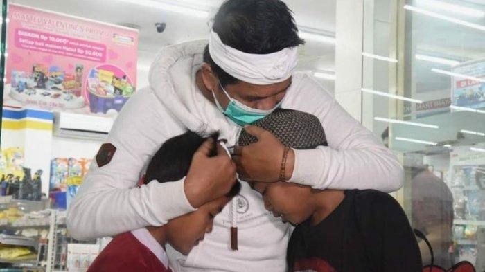 Dedi Mulyadi saat memeluk Rh dan YF, dua bocah Karawang yang bernasib memilukan