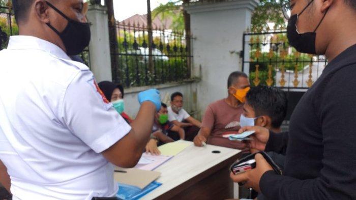 RAZIA PROTOKOL KESEHATAN - Razia protokol kesehatan oleh Satpol PP Tanjungpinang di Jalan Agus Salim atau di depan Gedung Daerah, Senin (16/11/2020). Penerapan denda uang Rp 50 ribu bagi pelanggar protokol kesehatan berlaku mulai hari ini.