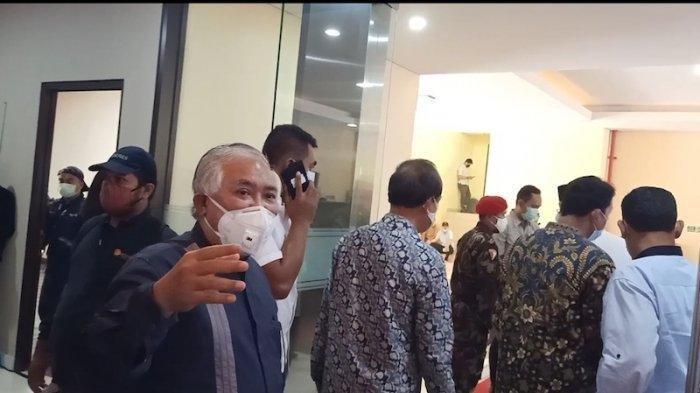 Din Syamsuddin saat meminta loyalisnya untuk mundur dan pulang saat ditolak untuk menjenguk tokoh KAMI di Bareskrim Polri, Jakarta, Kamis (15/10/2020) siang.