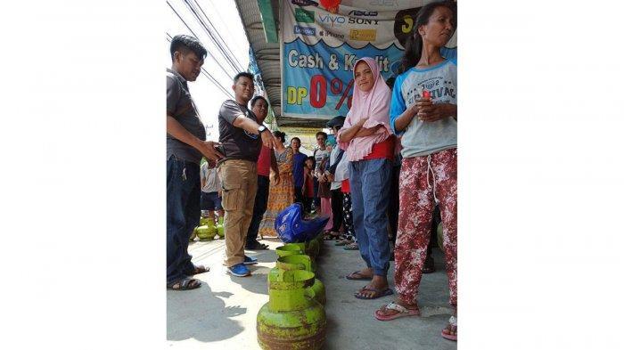 Suasana saat Dinas Koperasi UKM Perindustrian dan Perdagangan Bintan melakukan Operasi Pasar Gas LPG 3 Kg di wilayah Kecamatan Bintan Timur, Bintan