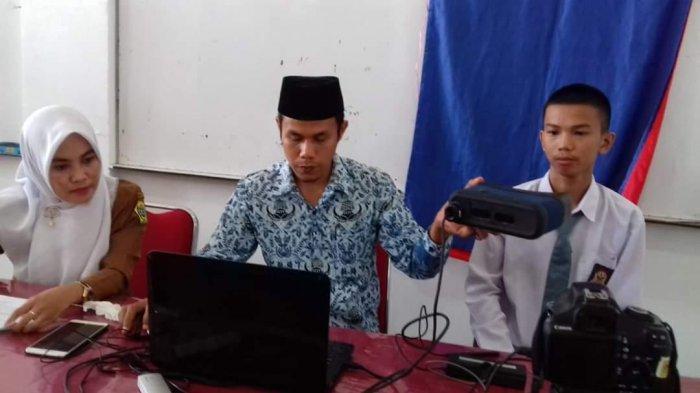 Petugas Disdukcapil Kabupaten Karimun datang ke sekolah untuk melakukan perekaman. Ketersediaan blanko yang terbatas dengan kondisi mesin cetak yang sudah lama, jadi kendala dalam pelayanan ke masyarakat.