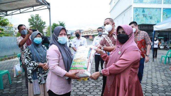 Walikota Tanjungpinang, Rahma memberikan bantuan kepada pelaku Usaha Mikro Kecil Menengah (UMKM), pedagang kaki lima, gerobak dan tenda yang berada di kawasan komplek Bintan center KM. IX, Rabu (4/8).