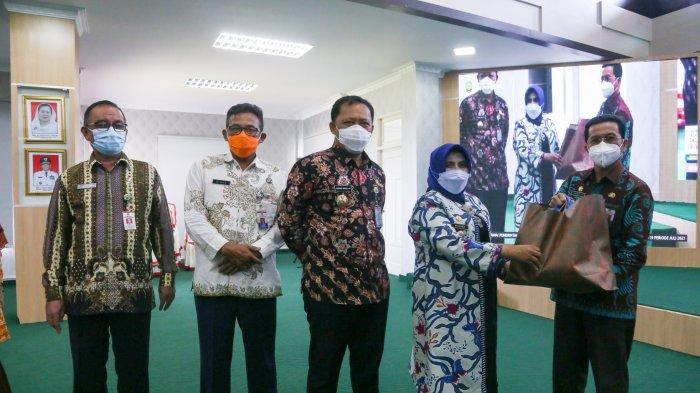 Wali Kota Tanjungpinang Rahma Serahkan Bantuan Bagi Pegawai Terpapar Covid-19