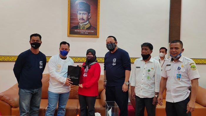 Perwakilan Dinas Pariwisata (Dispar) Kepri bersama Bupati Lingga di Gedung Daerah Junjungan Negeri, Daik, Kecamatan Lingga, Kabupaten Lingga, Rabu (16/6/2021).