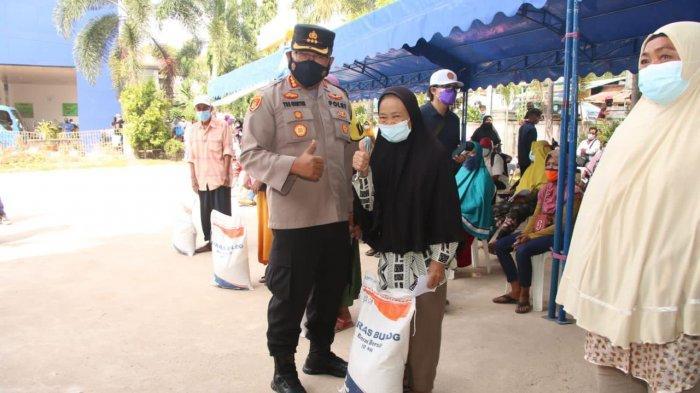 Kapolresta Barelang Kombes Pol Yos Guntur bersama Forkopimda membagikan bantuan beras Kemensos RI secara simbolis kepada warga yang terdampak PPKM Darurat Batam di kawasan Batu Ampar, Minggu (18/7) kemarin.
