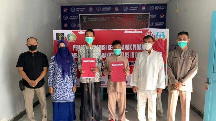 Kepala Lapas Kelas III Dabo Singkep Lingga, Dewanto menyerahkan remisi kepada dua orang anak binaan, Jumat (23/7/2021).