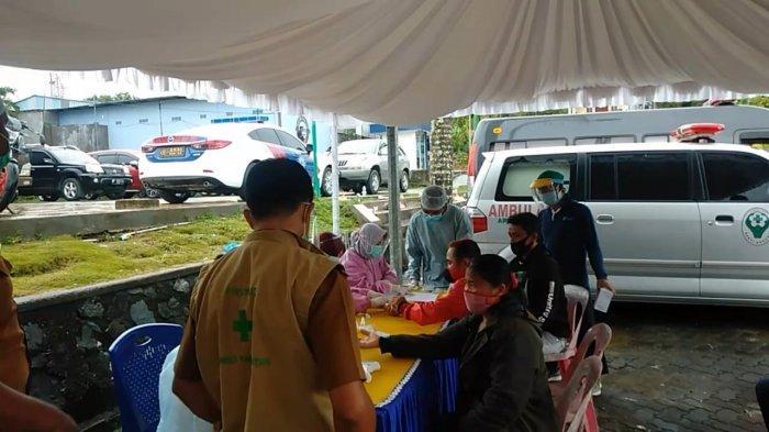 VIRUS CORONA DI BINTAN - Terdapat penambahan 7 kasus positif virus Corona di Bintan. Tampak adalam foto rapid test saat demo buruh di Bintan, Senin (9/11/2020). Foto ilustrasi.