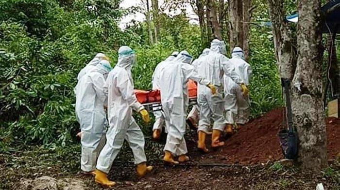 Proses pemakaman warga Desa Ladan, Pulau Matak meninggal dunia akibat covid-19, Sabtu (8/5/2021).
