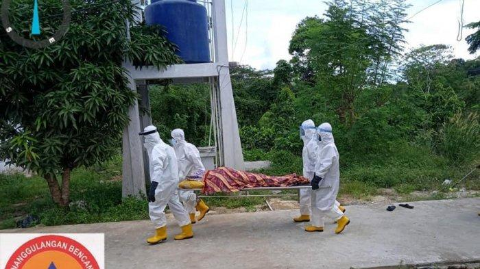 Proses pemakaman warga Desa Ladan, Pulau Matak, Kabupaten Kepulauan Anambas, Provinsi Kepri meninggal dunia akibat covid-19, Sabtu (8/5/2021).
